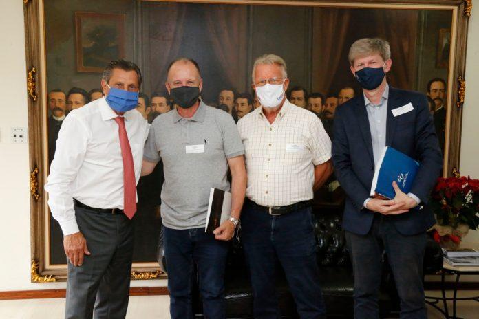 #Pracegover Foto: na imagem há quatro homens. Todos com máscara