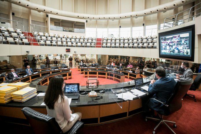 #Pracegover Foto: na imagem há uma reunião na Alesc