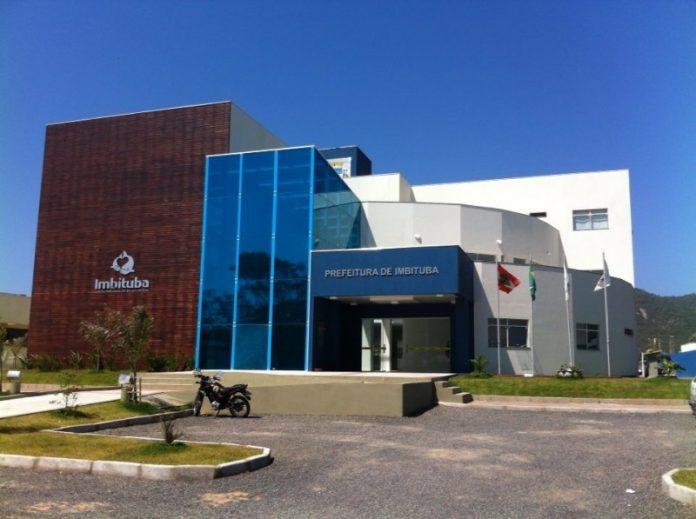 #Pracegover Foto: na imagem há o prédio da prefeitura de Imbituba
