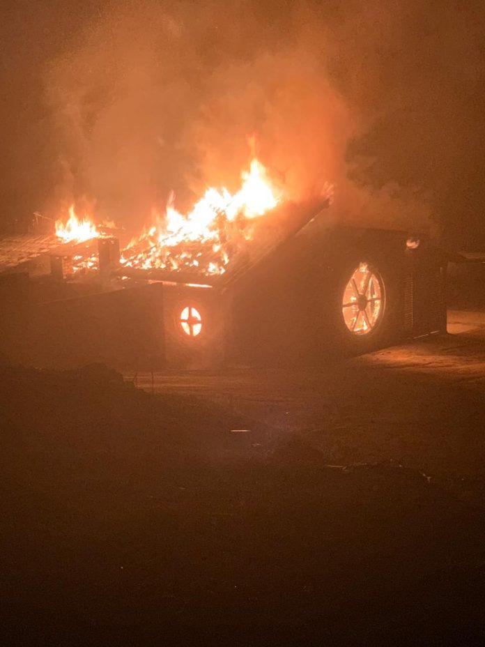 #Pracegover Foto: na imagem há uma casa em chamas