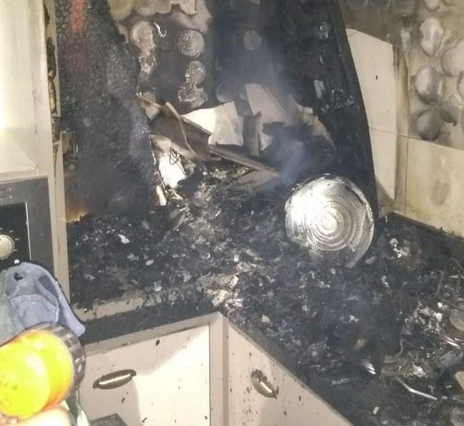 #Pracegover Foto: na imagem parte de uma cozinha incendiada