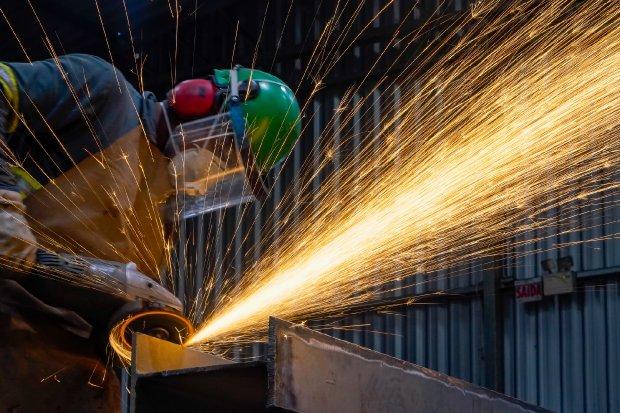 #Pracegover Foto: na imagem há uma pessoa realizando o trabalho em uma indústria
