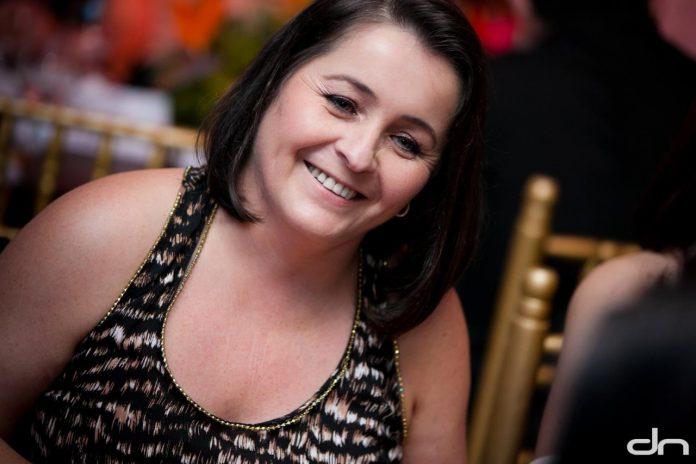 #Pracegover Foto: na imagem há uma mulher de cabelos pretos e sorrindo