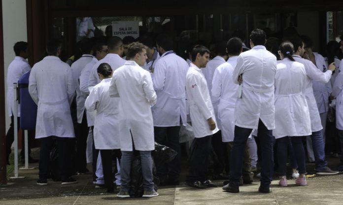 #Pracegover Foto: na imagem há varios homens e mulheres de jaleco
