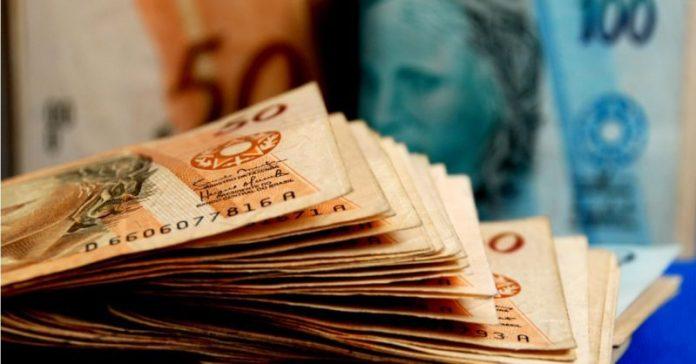 #Pracegover Foto: na imagem há várias cédulas de 50 reais e uma de 100