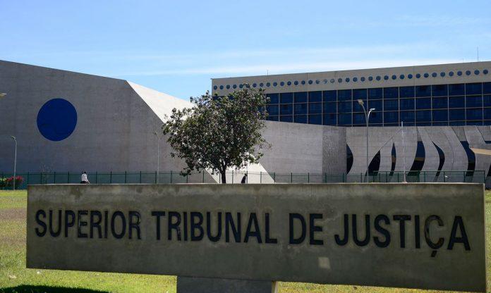 #Pracegover Foto: na imagem há o prédio do Supremo Tribunal de Justiça com uma placa na frente