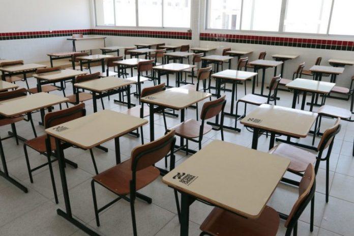 #Prcegover Foto: na imagem há uma sala de aula com várias carteiras
