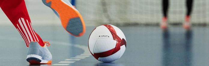 #Pracegover Foto: na imagem há uma bola, uma quadra de futsal, uma chuteira e uma rede