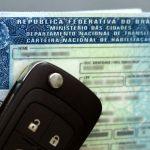 #Pracegover Foto: na imagem há uma cnh e uma chave de carro