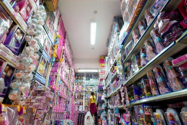 #Pracegover Foto: na imagem há uma criança e muitos brinquedos
