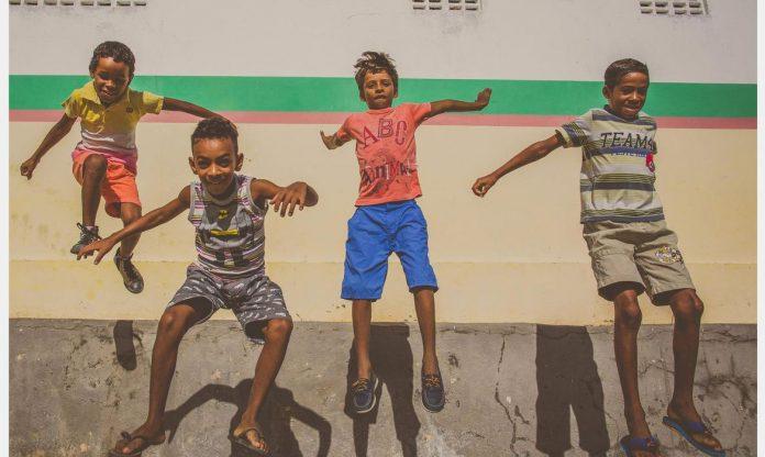 #Pracegover Foto: na imagem há qutro crianças pulando