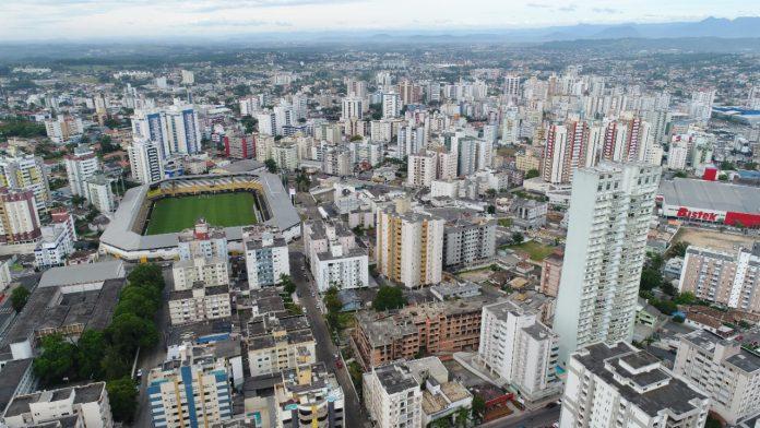#Pracegover Foto: na imagem há um estádio de futebol, ruas e muitos edifícios