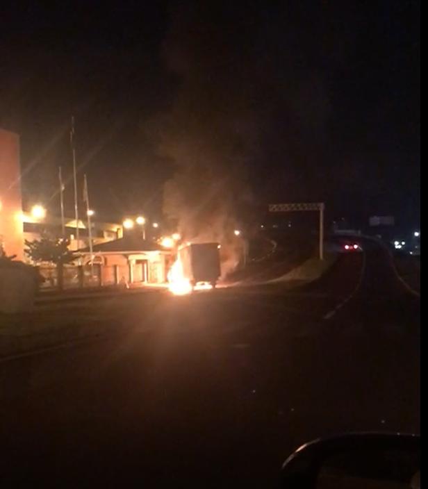 #Pracegover Foto: imagem de fogo e destruição, em uma noite de terror em Criciúma