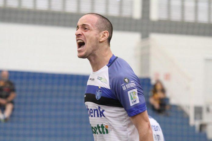 #Pracegover Foto: na imagem um jogador comemora o gol feito