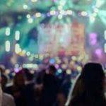 #Pracegover Foto: na imagem há muitas pessoas em uma festa com muitas luzes