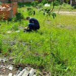 #Pracegover Foto: na imagem há uma área verde, uma construção inacabada e um homem