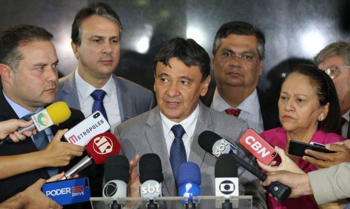 #Pracegover Foto : na imagem há varios homens e uma mulher e alguns microfones