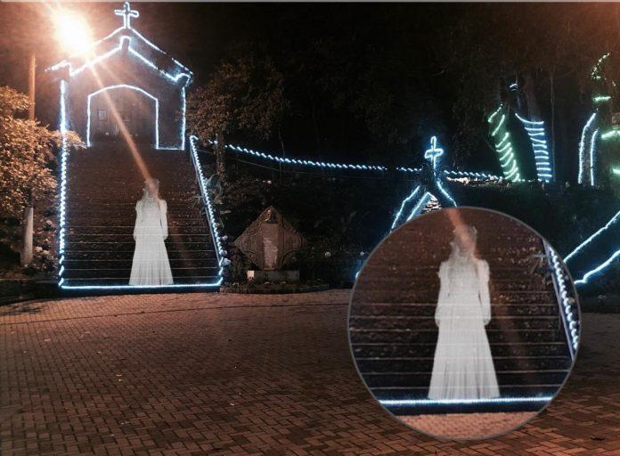 #Pracegover Foto: há uma capea e uma mulher 'fantasma' com roupa branca