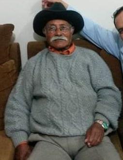 #Pracegover Foto: na imagem há um senhor de chapéu preto