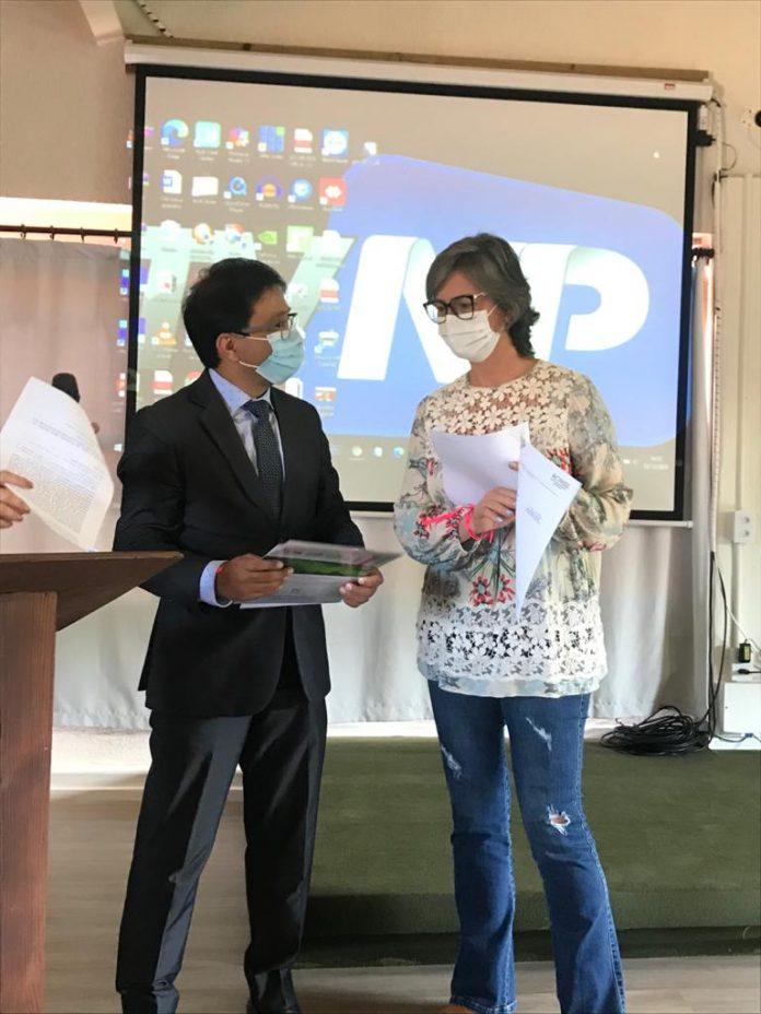 #Pracegover Foto: na imagem há um homem de terno e uma mulher de calça jeans e roupa bata. Ambos estão com máscara
