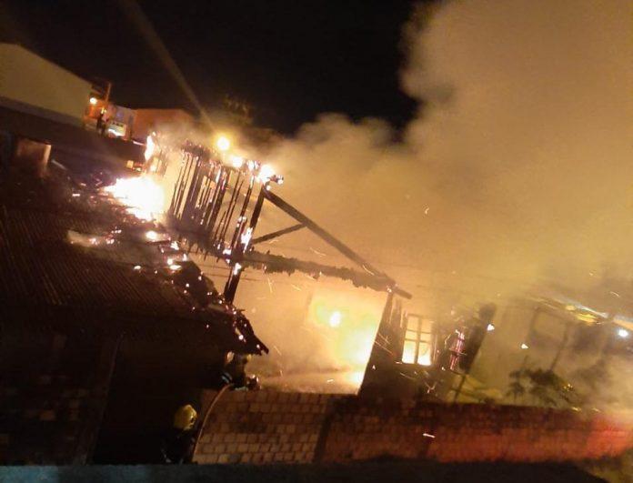 #Pracegover Foto: na imagem há uma casa destruída pelo incêndio