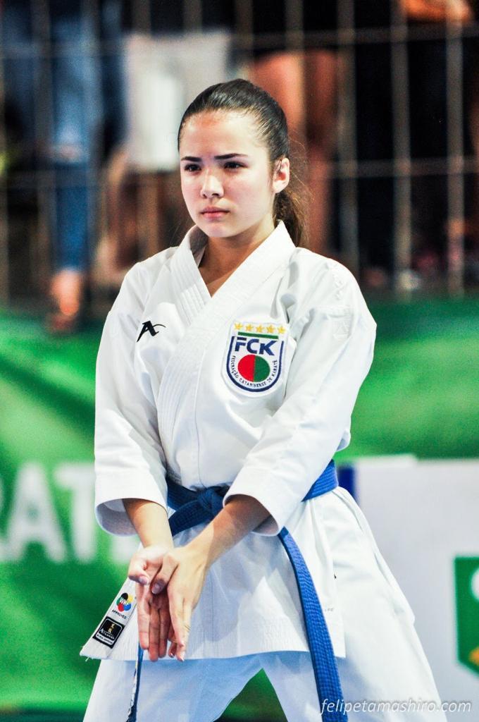 #Pracegover Foto: na imagem há uma jovem que realiza os passos de kata
