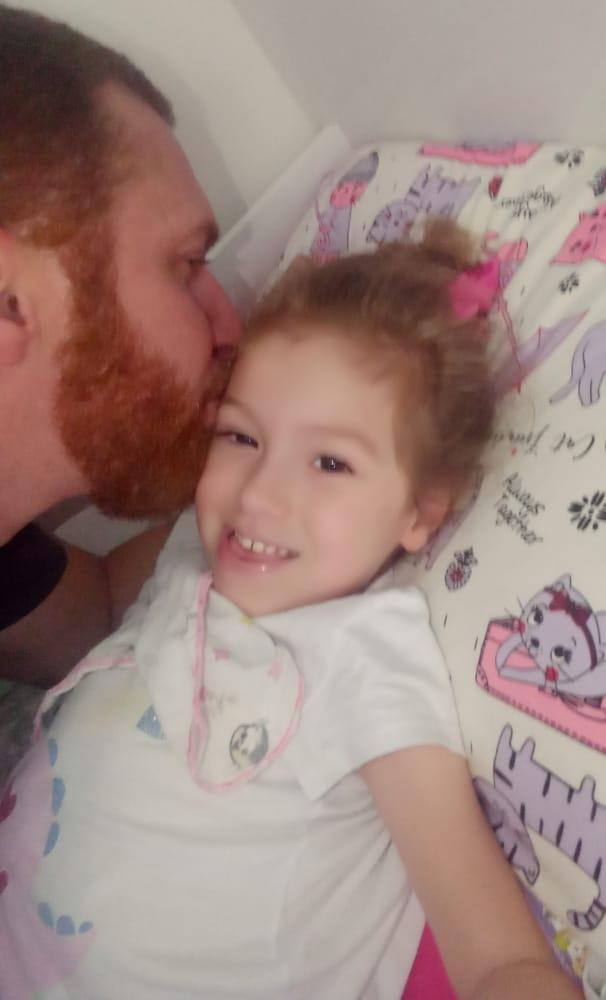 #Pracegover Foto: na imagem há um homem, pai, beijando a filha