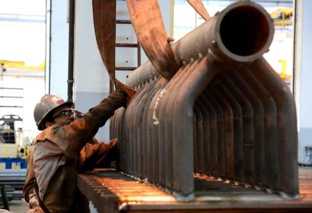 #Pracegover Foto: na imagem há um homem trabalhando