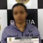 #Pracegover Foto: na imagem há uma mulher em uma delegacia de polícia
