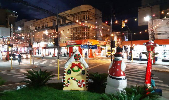 #Pracegover Foto: na imagem há uma avenida bem iluminada com enfeites de Natal