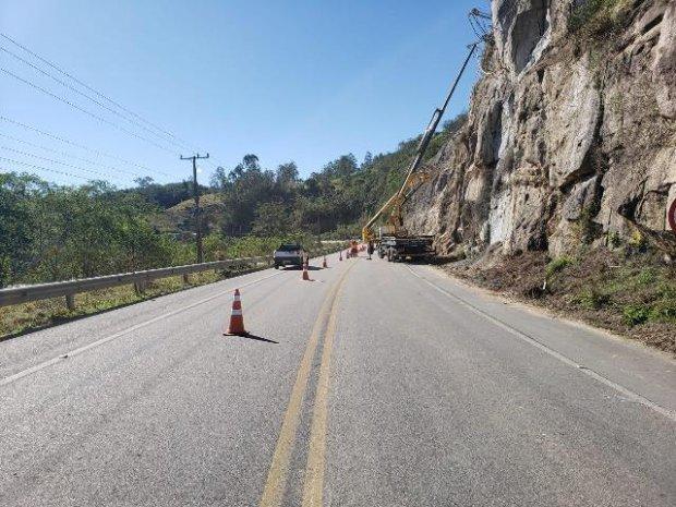 #Pracegover Foto: na imagem há uma rodovia, cones, rochas e árvores