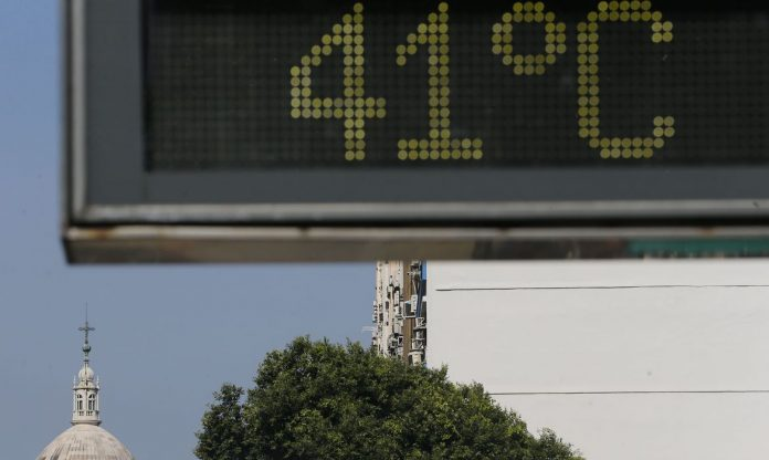 #Pracegover Foto: na imagem há árvores, edifícios e um termômetro