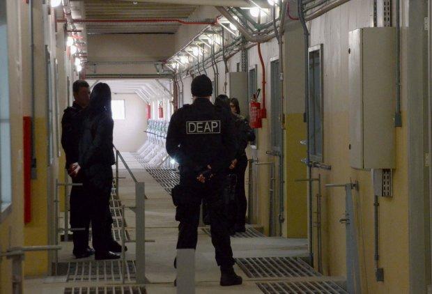 #Pracegover Foto: na imagem há agentes do Deap em um corredor