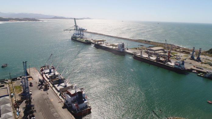 #Pracegover Foto: na imagem há o mar e uma plataforma