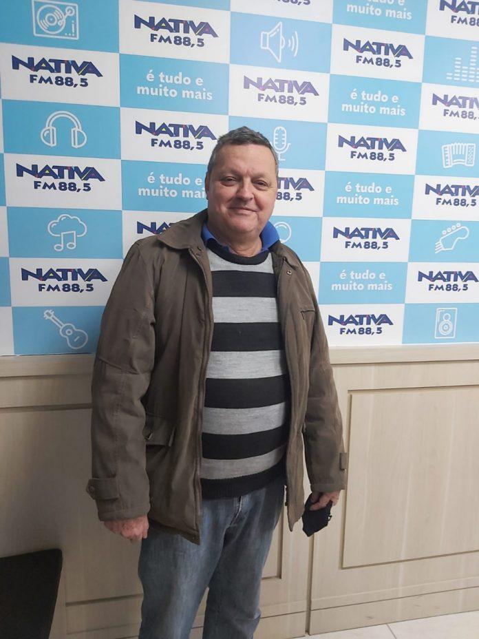 #Pracegover Foto: na imagem há um homem de jaqueta