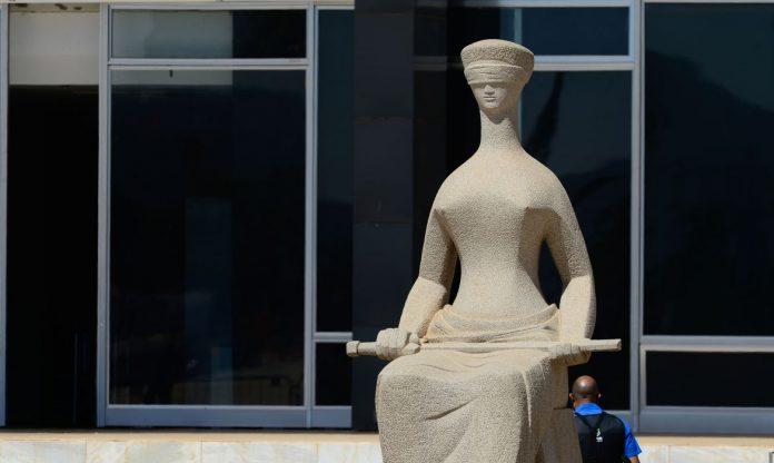 #Pracegover Foto: na imagem há uma estátua simbolizando a justiça