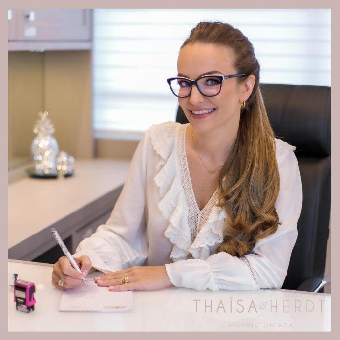 #Pracegover Foto: na imagem há uma mulher de óculos com uma caneta na mão