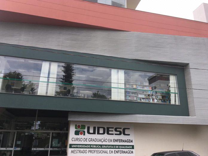 #Pracegover Foto: na imagem há a fachada de um prédio