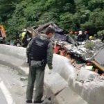 #Pracegover Foto: na imagem há homens e um ônibus em destroços