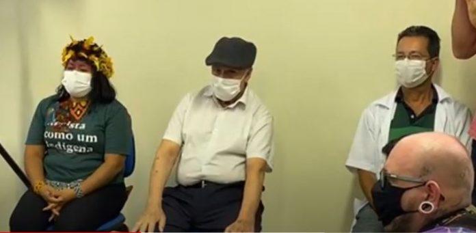 #PraCegoVer Na foto, 1 indígena, 1 idoso, 1 profissional da saúde