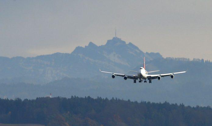 #Pracegover Na foto, a imagem de um avião decolando