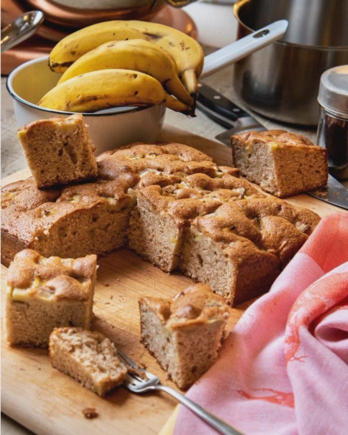 #Pracegover Foto: na imagem há bolo, banana, forma, faca e toalha