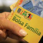 #Pracegover Foto: na imagem há uma mão, um cartão e dinheiro