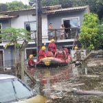#Pracegover Na foto, a imagem de bombeiros da Amurel durante resgate em Florianópolis