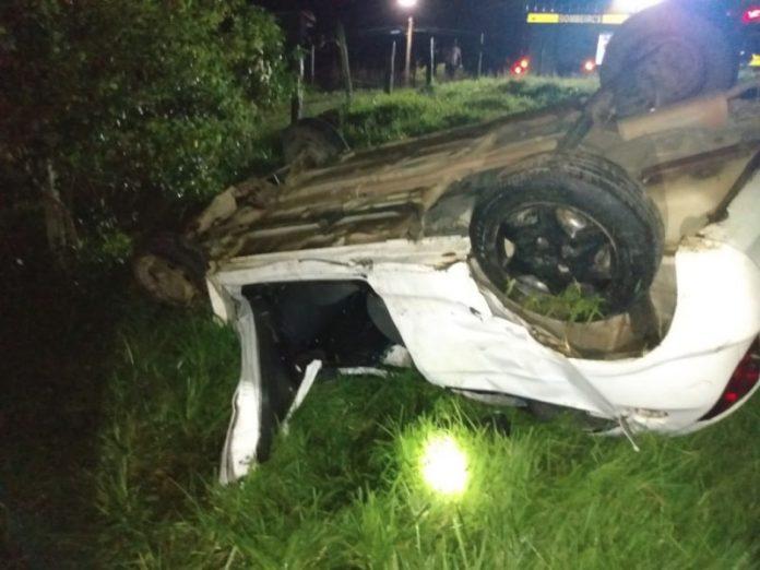 #Pracego ver Foto: na imagem há um carro capotado e muito mato
