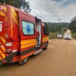 #Pracegover Foto: há uma ambulância, dois veículos, estrada