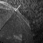 #Pracegover Foto: na imagem está chovendo e tem um guarda-chuva