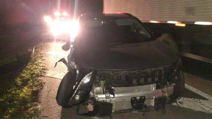#Pracegover Na foto, a imagem de um carro com a frente destruída