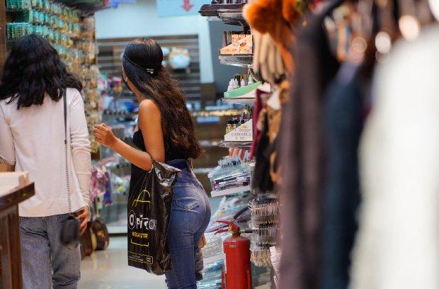 #Pracegover Foto: na imagem há duas mulheres em uma loja