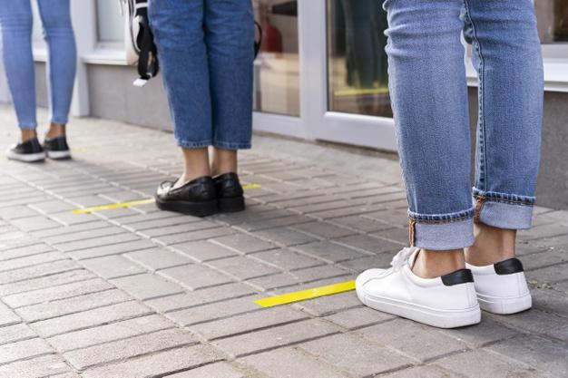 #Pracegover Na foto, pessoas em fila mantendo distanciamento
